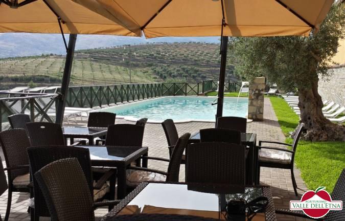 Il casale valle dell etna sedie piscina